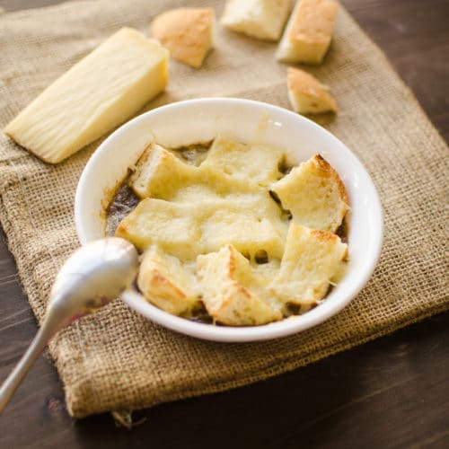 Chas' French Onion Soup // recipe from garlicdelight.com